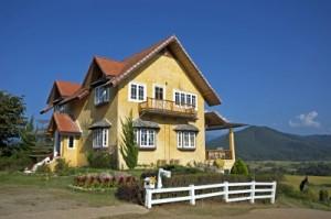 Eine Hausbesitzerhaftpflichtversicherung schützt vor vielen Schadensfällen rund um das vertraute Heim